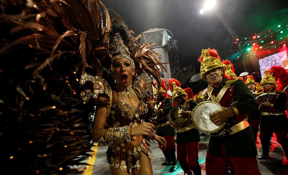 Из Рио традиция карнавальных парадов школ самбы в начале XX века распространяется на другие города Бразилии и особенно приживается в Сан-Паулу