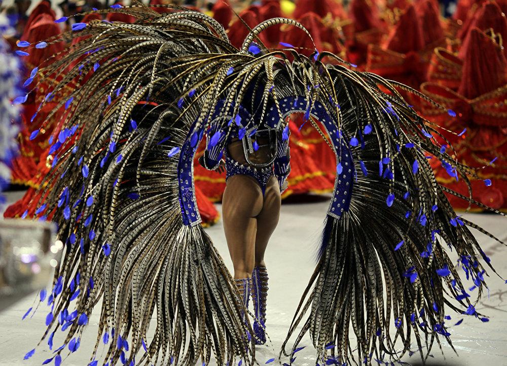 Бразильский карнавал заканчивается утренним Парадом Чемпионов, которых выбирает жюри. При этом оценивается как тема выступления, так и командный дух, декорации и само мастерство исполнения танцев