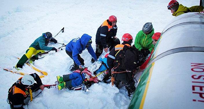 Сапасатели вывозят туриста после схода лавины