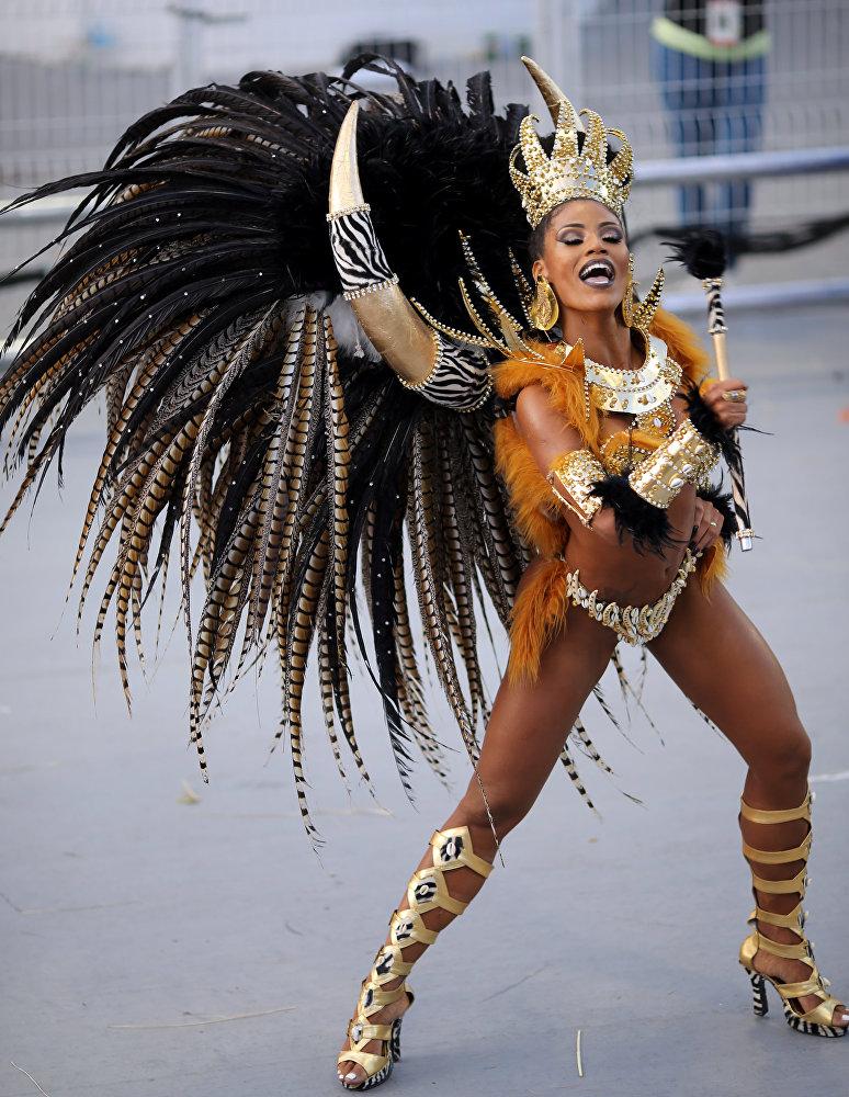 Современный карнавал в Бразилии от импровизации и выступлений обычных жителей, отмечающих праздник, уже давно превратился в многотысячное и хорошо отрепетированное зрелищное шоу