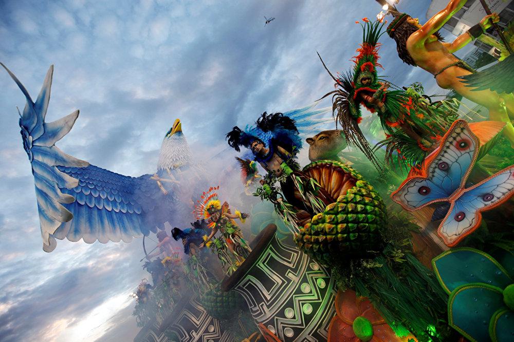 Завезённый в Бразилию в XVII веке португальский карнавал, в XIX веке воспринял влияние карнавалов других европейских стран — Италии и Франции. Именно тогда маски, фантастические костюмы и такие персонажи как Пьеро, Коломбина (Мальвина) и Король Момо (веселый толстяк) пришли на бразильский праздник