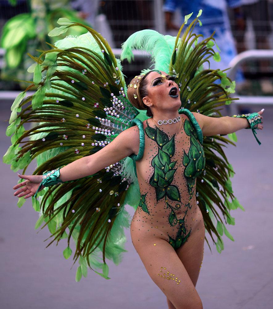 Бразильский карнавал проводится за 40 дней до Пасхи. На фото - танцовщица школы самбы Вай вай участвует в карнавале в Сан Паулу