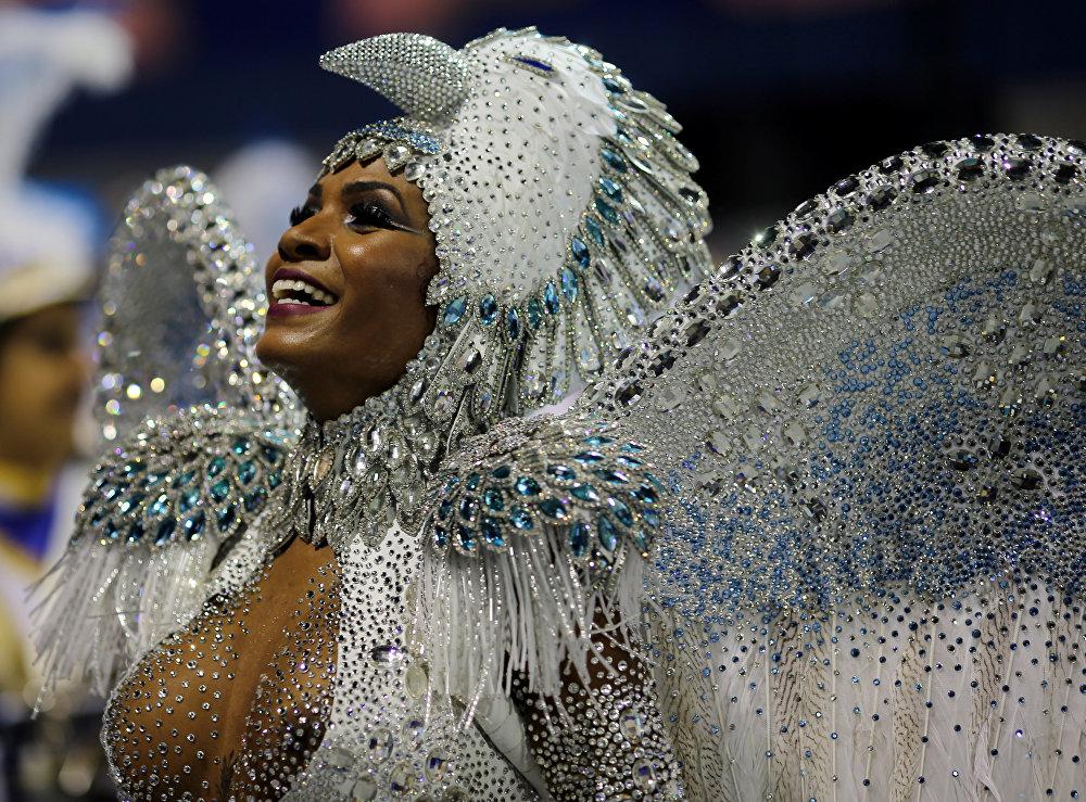 Первая школа танца самбы под названием Deixa Falar (рус. Дай скажу, Поговорим) открылась в Рио-де-Жанейро всего лишь в 1928 году