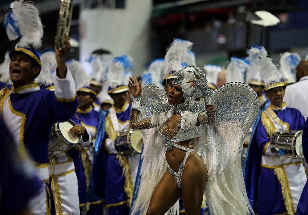 Какой же праздник по-бразильски без праздника плоти? К тому же не стоит забывать, что февраль в Бразилии и на Южном полушарии - это самый разгар лета