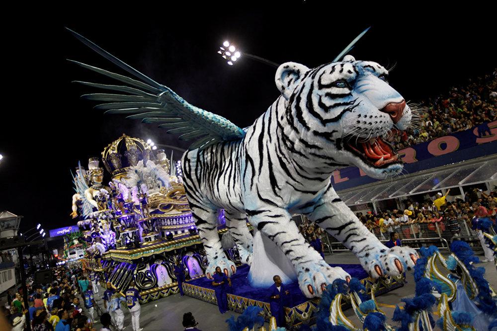 Во время Бразильского карнавала сегодня во время шествия используются празднично украшенные машины, а также грузовики и автомобильные платформы с масштабными декорациями