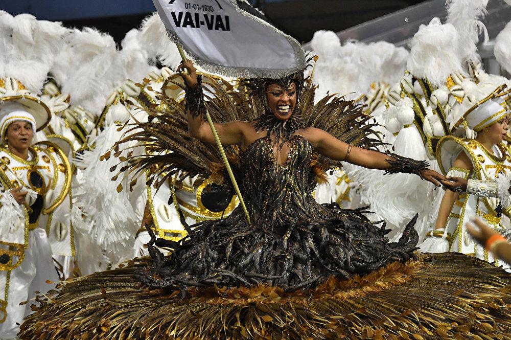 Сегодня в Бразильском карнавале в основном участвуют не любители, а профессиональные артисты. На фото - танцовщица школы самбы Vai Vai демонстрирует свое мастерство