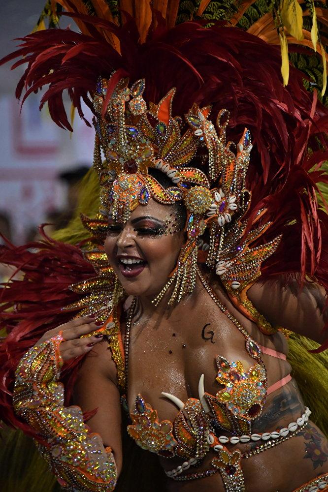 Вообще история карнавалов уходит корнями в древнегреческий фестиваль в честь бога вина Дионисия. Римляне позже переняли этот обычай в виде вакханалий и сатурналий, во время которых рабы и хозяева менялись одеждами, веселились и много пили