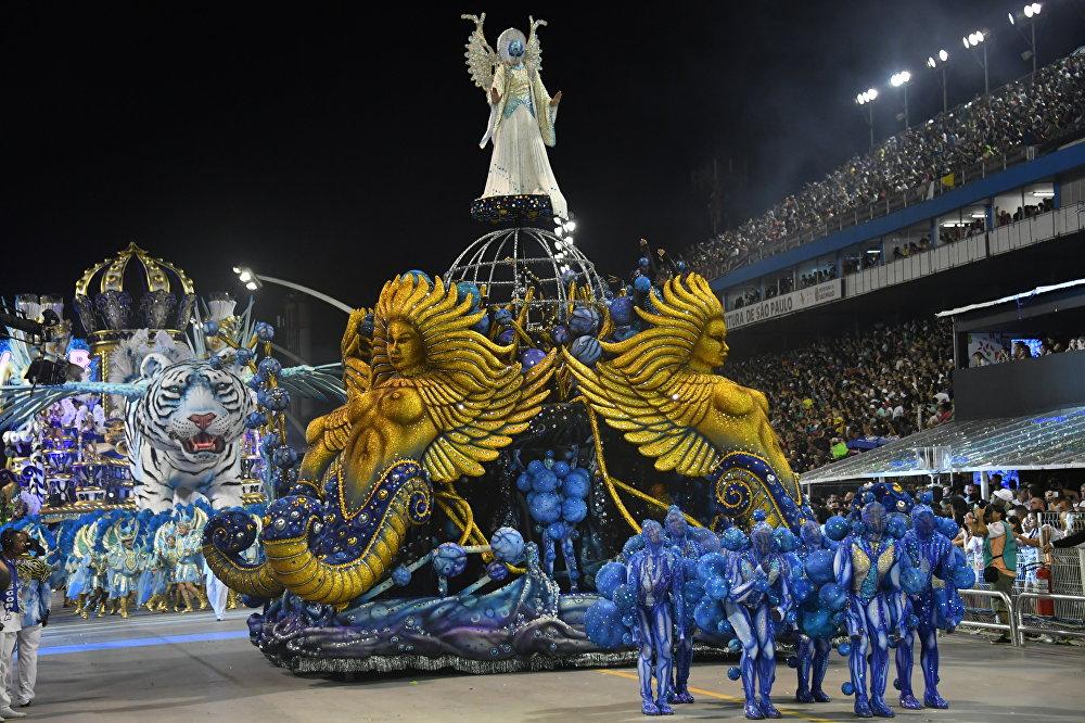 В конце XIX века во время бразильских карнавалов появляются первые блоки (blocos — праздничные группы, выстроенные прямоугольником), веревки (cordoes — праздничные группы, выстроенные веревочно) и корсары (corsos — праздничные группы, стилизованные под пиратов), а также парады украшенных автомобилей
