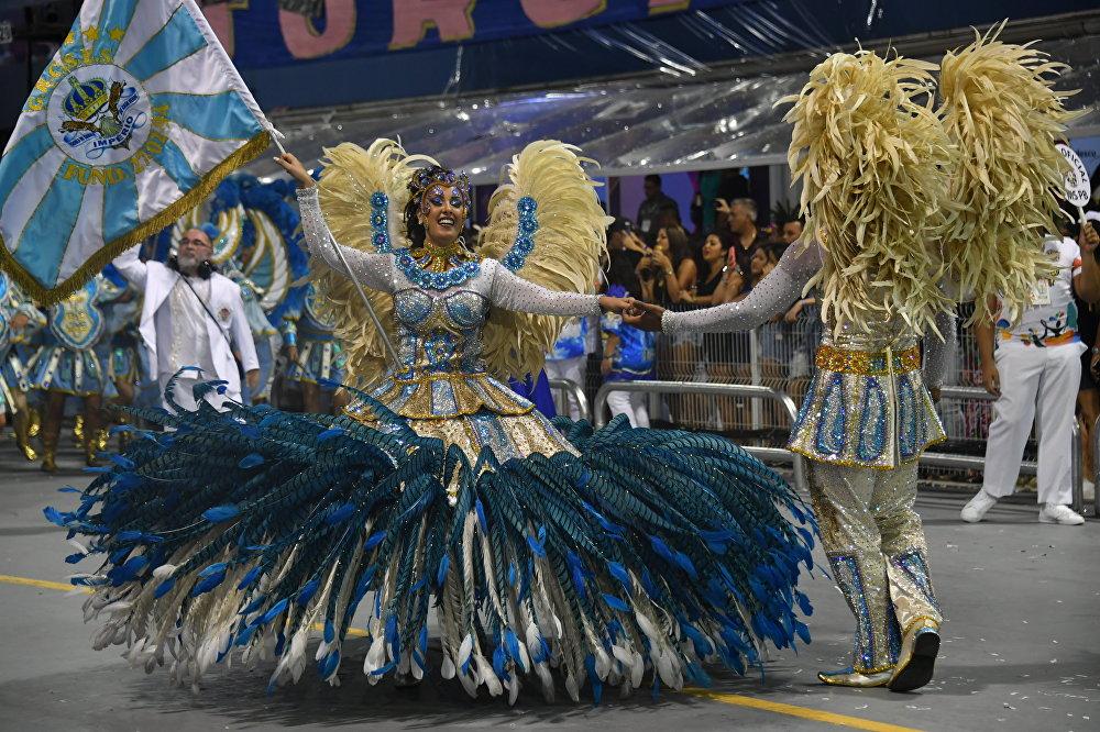 Современные черты нынешнему Бразильскому карнавалу были приданы в середине XIX века - благодаря усилиям высших классов бразильского общества. Празднику была придана организованность, так как до этого зачастую приходилось привлекать полицию для наведения порядка во время народных гуляний. C 50-х годов XIX века состоятельные горожане в Бразилии стали нанимать оркестры и танцоров, красочно одевались и начали устраивать парады