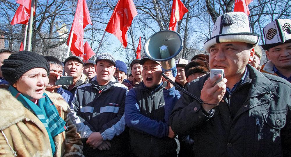 Сторонники задержанного лидера оппозиции Омурека Текенбаева в Бишкеке, Киргизстан