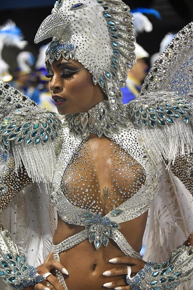 Карнавал в Бразилии - ежегодный фестиваль, который отмечают с пятницы до вторника перед Пепельной средой, когда у католиков начинается Великий пост