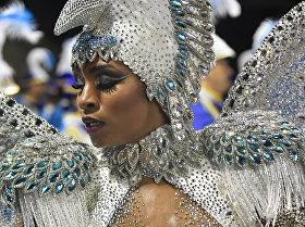 Участница бразильского карнавала в Сан Паулу, которая представляет школу самбы Imperio da Casa Verde