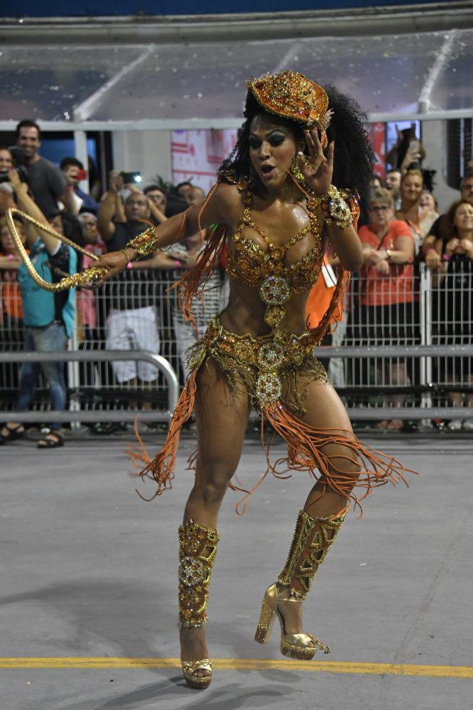 Первая школа самбы была создана танцором Исмаэлем Силвой и позже она переименовывается в Estacio do Sa (Эштасиу ди Са), по имени основателя города Рио-де-Жанейро