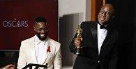 Сценаристы Барри Дженкинс (справа) и Тарелл МакКрейни (слева) на 89-й церемонии награждения кинопремией Оскар