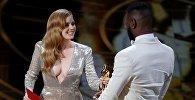 ამერიკელი მსახიობი ემი ადამსი ოსკარს გადასცემს სცენარისტ ბარი ჯენკინსს ოსკარის დაჯილდოვების რიგით 89-ე ცერემონიაზე