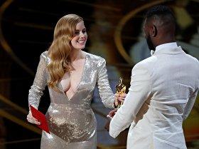 Ами Адамс вручает статуэтку Оскар сценаристу Барри Дженкинсу на 89-й церемонии награждения американской кинопремией