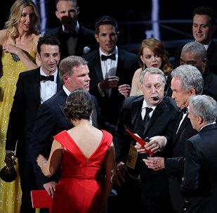 На 89-й церемонии награждения кинопремией Оскар в номинации Лучший фильм года Уоррен Битти по ошибке объявляет мюзикл Ла-Ла-Ленд
