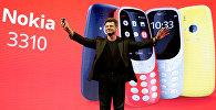 Руководитель Nokia-HMD Арто Нуммела представляет на презентации в Барселоне новый аппарат Nokia 3310