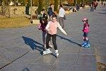 Дети катаются на роликах в парке Рике на тбилисской набережной