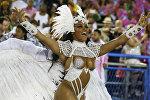 Королева барабанщиков Эвелин Бастос из школы самбы Mangueira участвует в карнавальном шествии в Рио-де-Жанейро в Бразилии