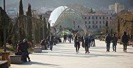 საქართველოს დედაქალაქის სტუმრები და მაცხოვრებლები მშვიდობის პარკში სეირნობენ