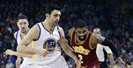 Баскетболист Заза Пачулия, выступающий за Golden State Warriors во время матча против Cleveland Cavaliers