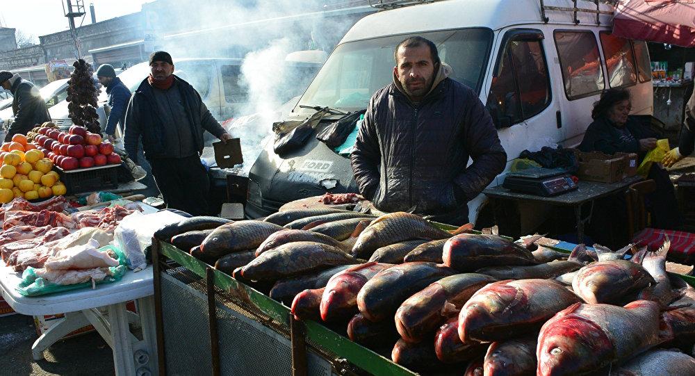 Торговцы рыбой на одном из тбилисских рынков