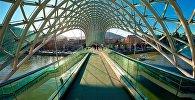 Пешеходный мост Мира через реку Кура в центре Тбилиси
