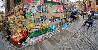 Художники продают свои работы на улице Котэ Абхази в историческом центре Тбилиси