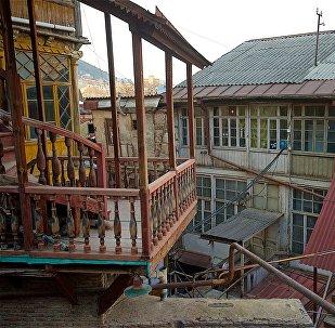 Старые дома в историческом центре Тбилиси