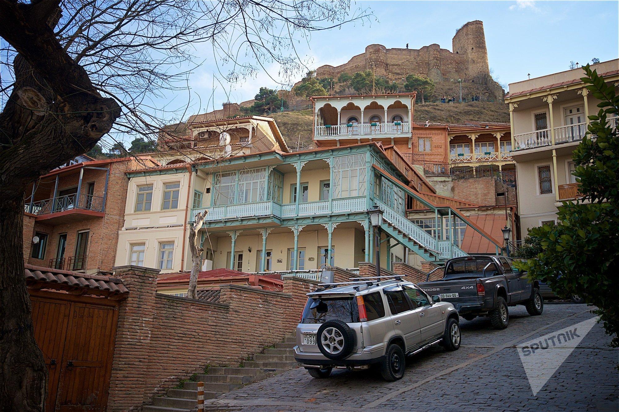 Вид на Нарикала и старые дома в историческом центре Тбилиси