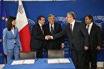 Премьер Грузии Георгий Квирикашвили пожимает руку представителю страны-председателя Совета ЕС Крису Агиусу
