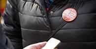 Значок с символикой Рустави 2 на груди у одного из участников акции в защиту телекомпании