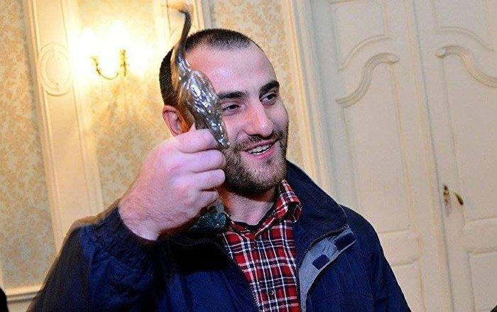 Грузинский писатель Миша Бахсолиани с призом в руках