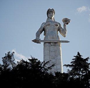 Статуя Матери Грузии на аллее Сололаки