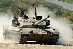 Экипаж танка армии Китая во время соревнований по танковому биатлону на полигоне Алабино