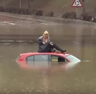 წყალში მანქანით გადავარდნილი ქალი