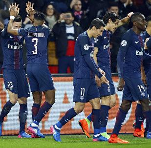 Джулиан Дракслер из команды PSG (слева) празднует победу со своими товарищами по команде во время Лиги чемпионов на игре между Парижем Сен-Жерменом и Барселоной в Париже