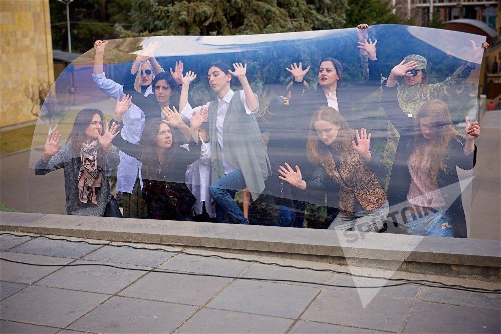 Участницы акции феминисток Разбей стеклянный потолок принесли к зданию правительственной администрации Грузии большое оргстекло, которое стало главной деталью перформанса, символизирующей невидимое ограничение для женщин, существующее в обществе