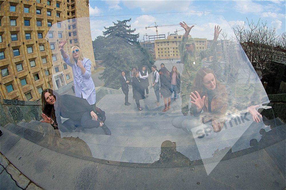 В течение приблизительно 15 минут участницы перформанса удерживали в руках стекло, которое символизировало невидимый стеклянный потолок для женщин в карьере и общественной жизни