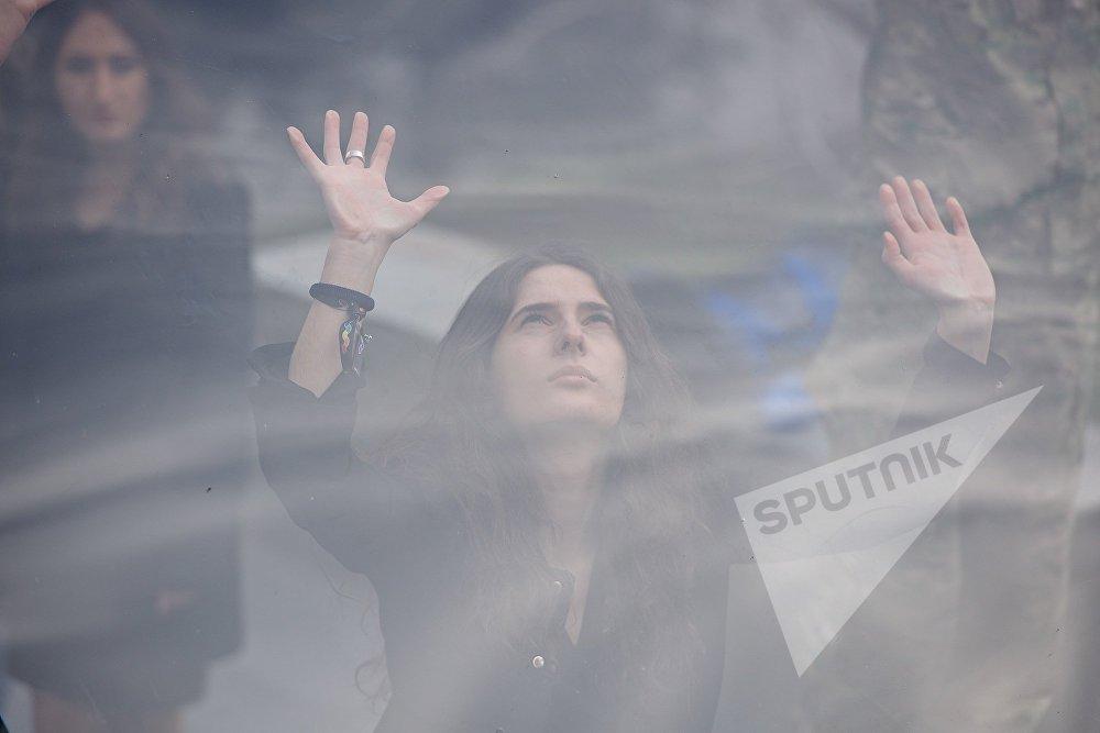 Участницы акции призывали всех - Разбей стеклянный потолок!. Это означало отказаться от стереотипов в отношении женщин, в частности, в оценке их профессиональных возможностей и роли в обществе