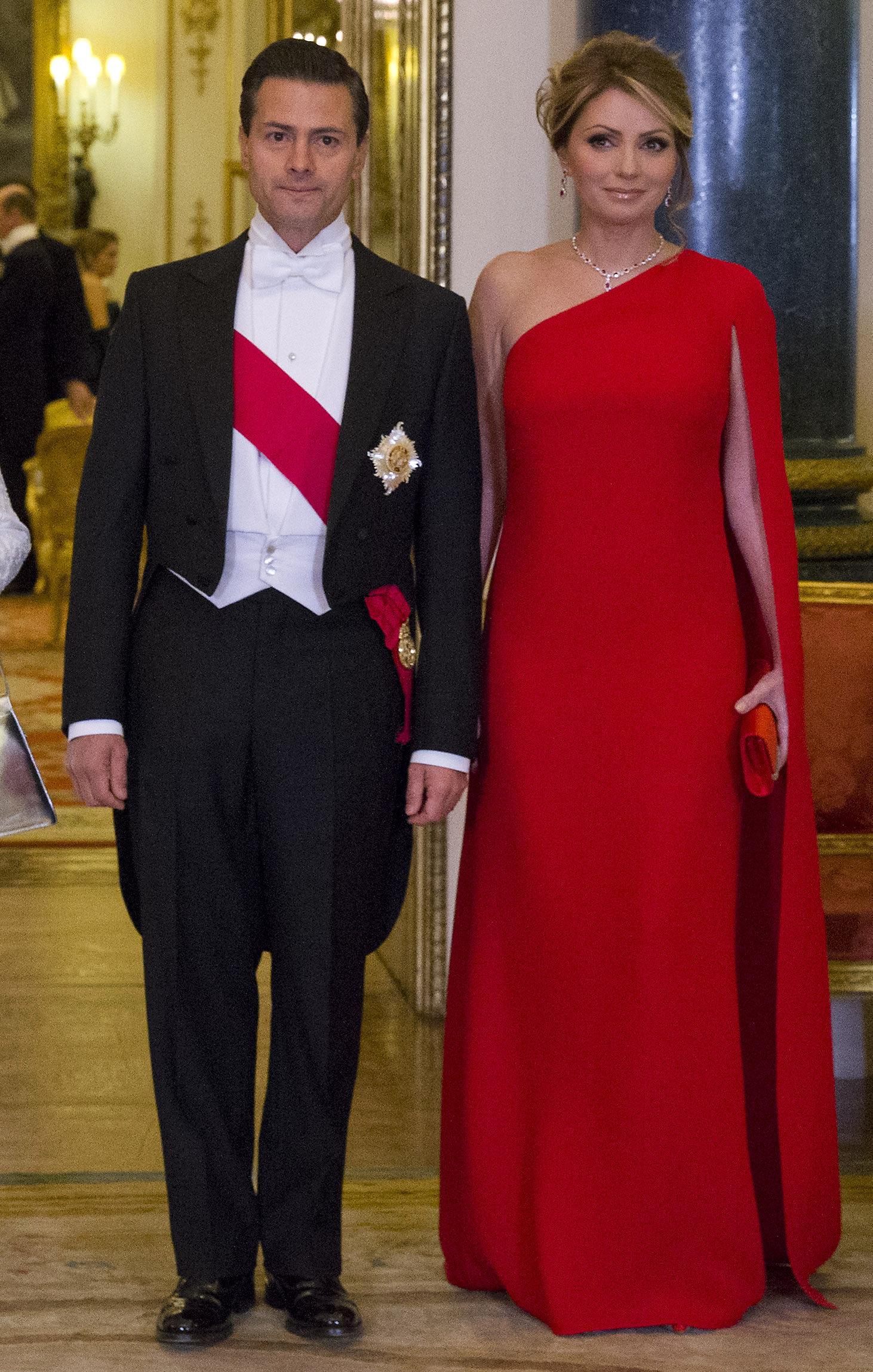 Президент Мексики Энрике Пена Нието и его супруга Анхелика Ривера перед банкетом в Букингемском дворце, Лондон