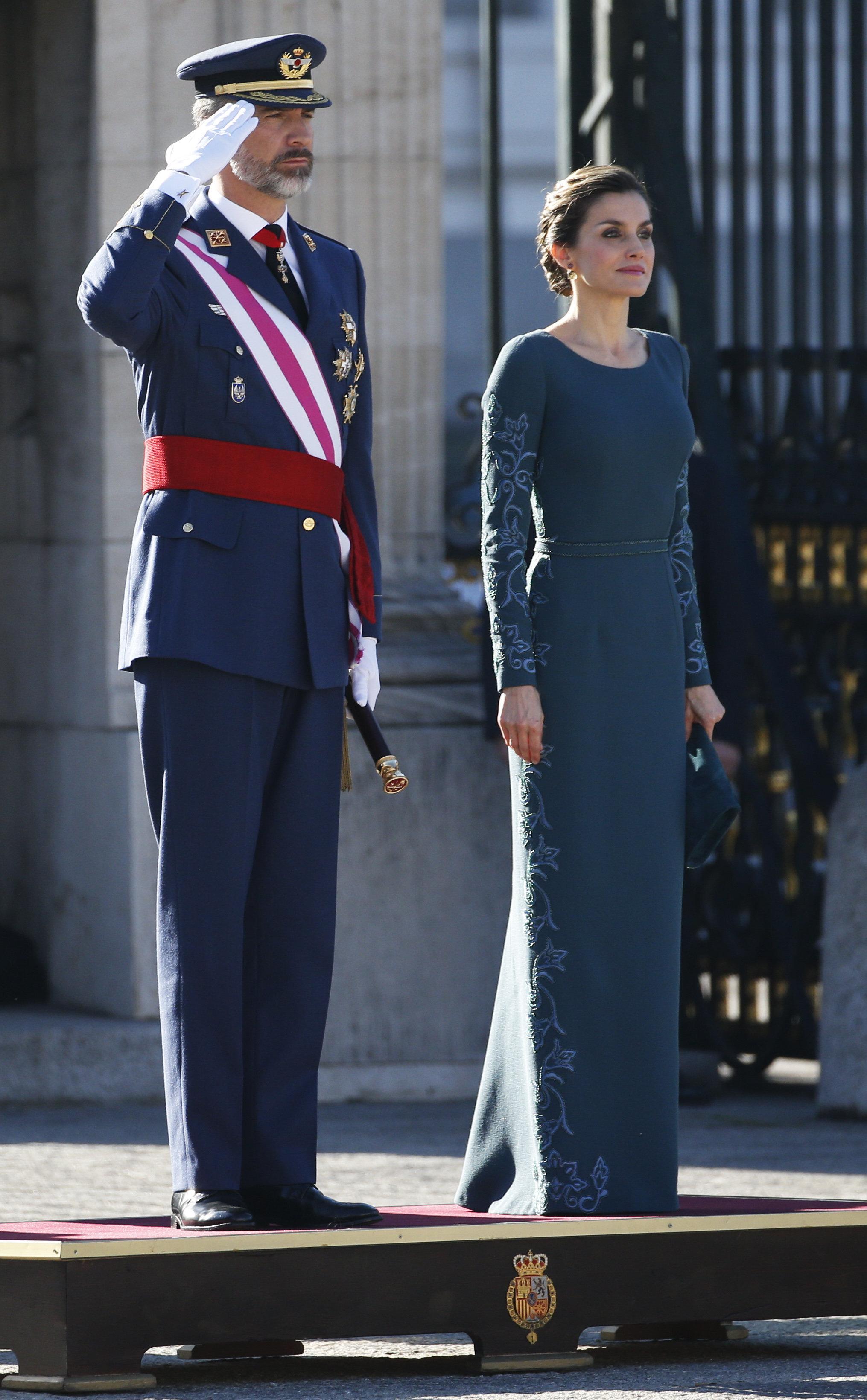 Король Испании Филипп VI и его супруга Королева Летисия слушают национальный гимн в Королевском дворце Мадрида