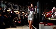 Модель Алессандра Амброзио представляет новую коллекцию женского нижнего белья на церемонии открытия крупнейшего в Китае магазина Victoria's Secret в Шанхае