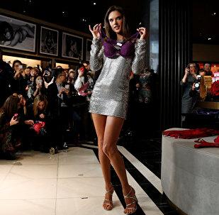 მოდელი ალესანდრა ამბროზიო წარმოადგენს ქალის თეთრეულის ახალ კოლექციას შანხაიში Victoria's Secret-ის ყველაზე დიდი მაღაზიის გახსნის ცერემონიაზე