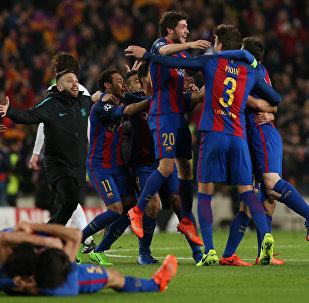 Футболисты Барселоны радуются своей победе после завершения матча с ПСЖ