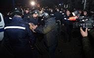 Сотрудники полиции задерживают одного из участников беспорядков в Батуми
