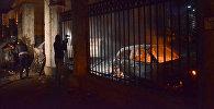 ერთ-ერთი ქართული ტელეარხის ოპერატორი ბათუმში მომხდარი არეულობების დროს დამწვარ მანქანებს იღებს