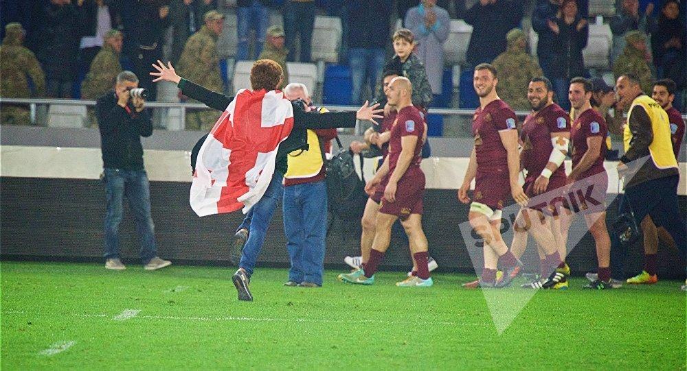 После завершения игры между сборными Грузии и России на поле выбежало несколько болельщиков, чтобы поздравить с победой грузинских регбистов