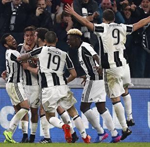 Нападающий «Ювентуса» из Аргентины Паоло Дыбала (третий справа) празднует победу со своими товарищами по команде во время итальянской серии футбольных матчей «Ювентус» против «Милана» 10 марта 2017 года на стадионе «Ювентус» в Турине